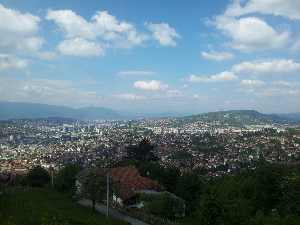 Sarajevo view   Het reilen en zeilen in Sarajevo