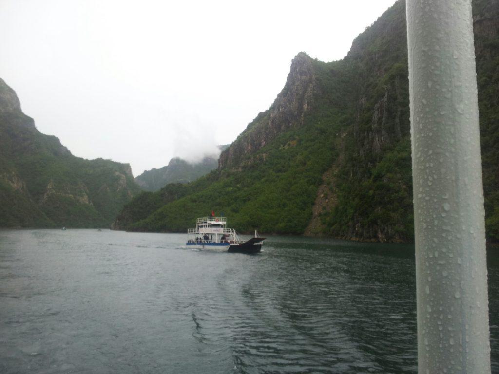 Boottocht over het Komani meer in Albanië