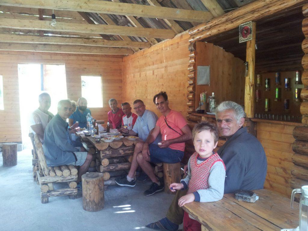 Gezellige Grieken in een cafe op de Via Dinarica in AlbaniË