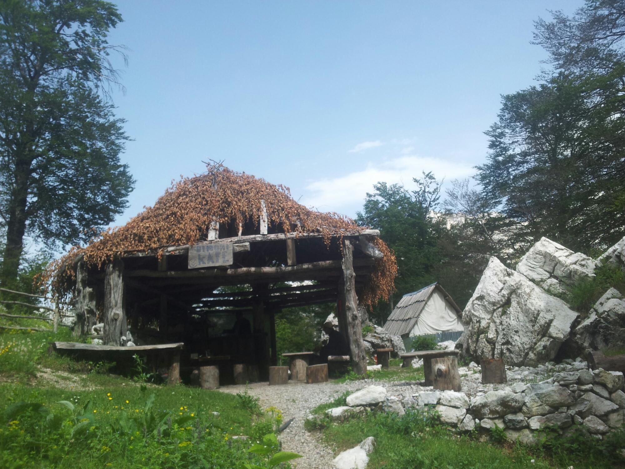 Via_Dinarica_White_Trail_Simoni_Albania_kafe