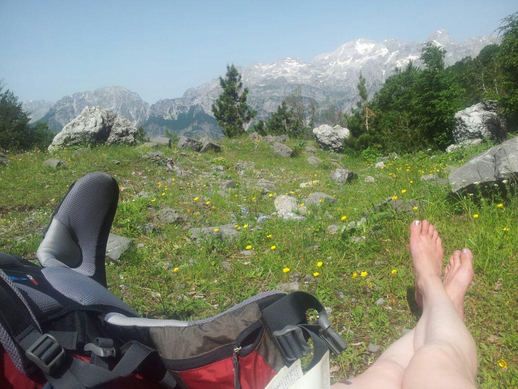 Pauze met uitzicht op de Albanische Alpen