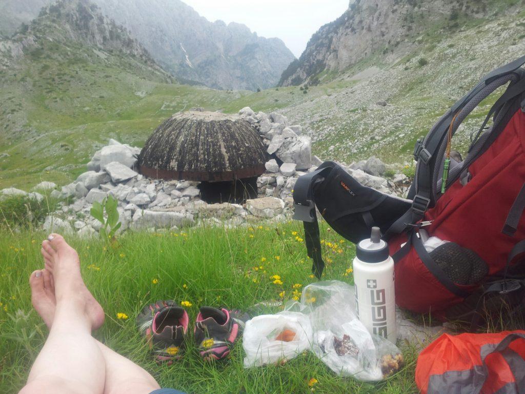 Pauzeren bij een bunker in Albanie   Lopen op FiveFingers in de bergen van de Balkan