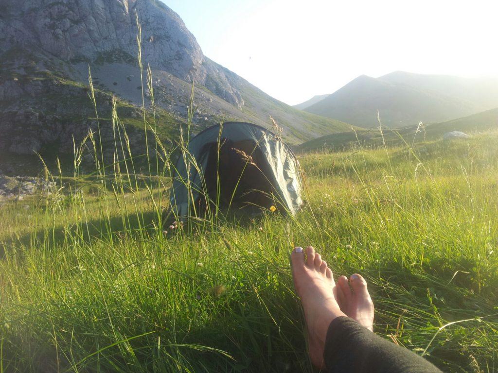 Blote voeten voor de tent in Montenegro
