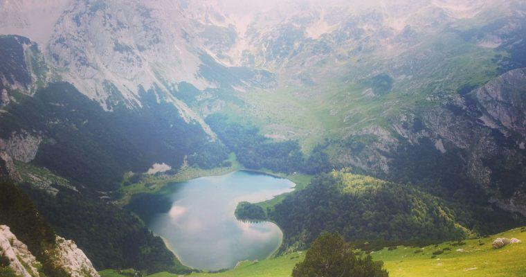 Trnovačko_jezero_montenegro_heartshaped_lake_via_dinarica_white_trail
