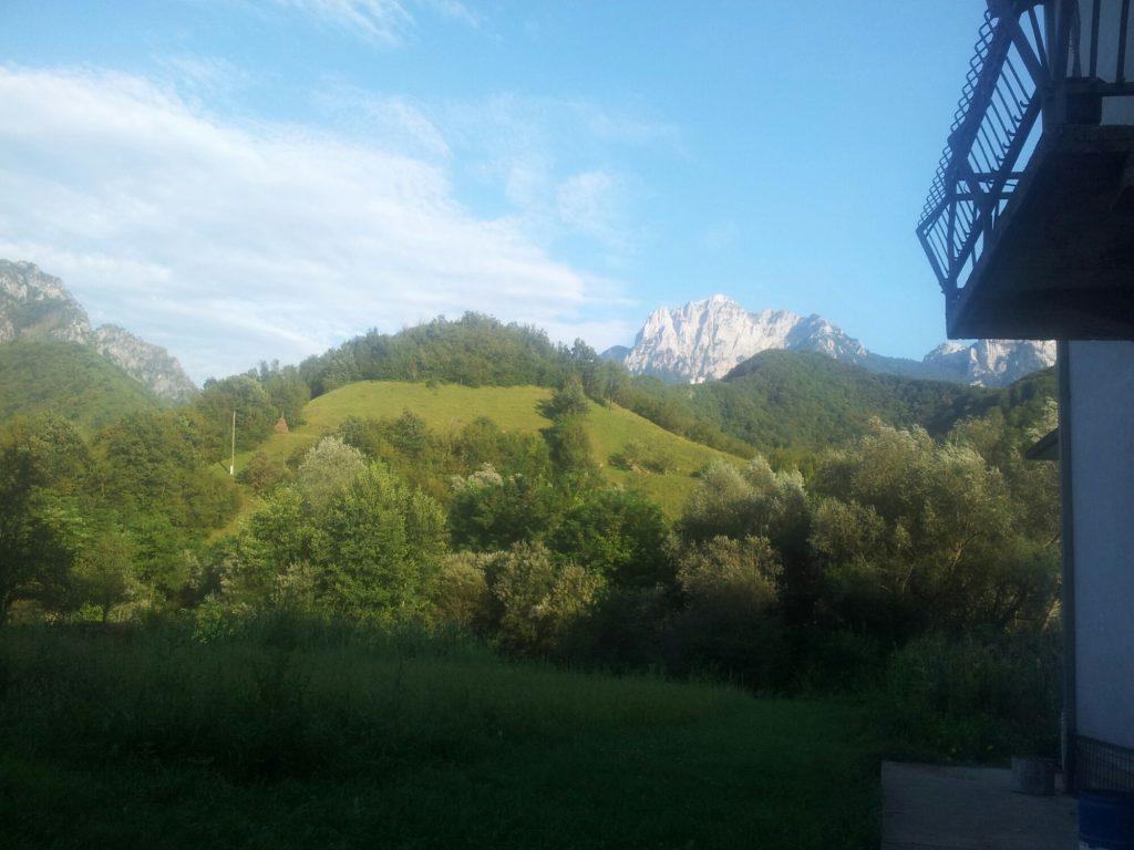 In Ravna, onder aan de berg