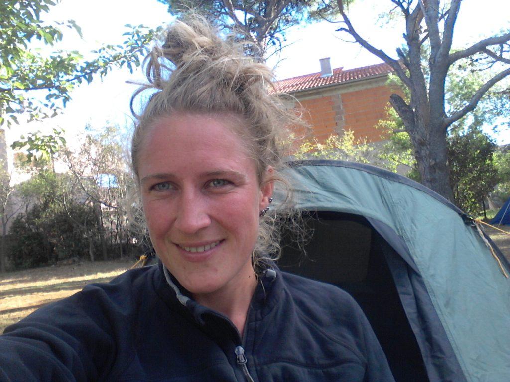 Selfie voor de tent na een wissel van de wacht