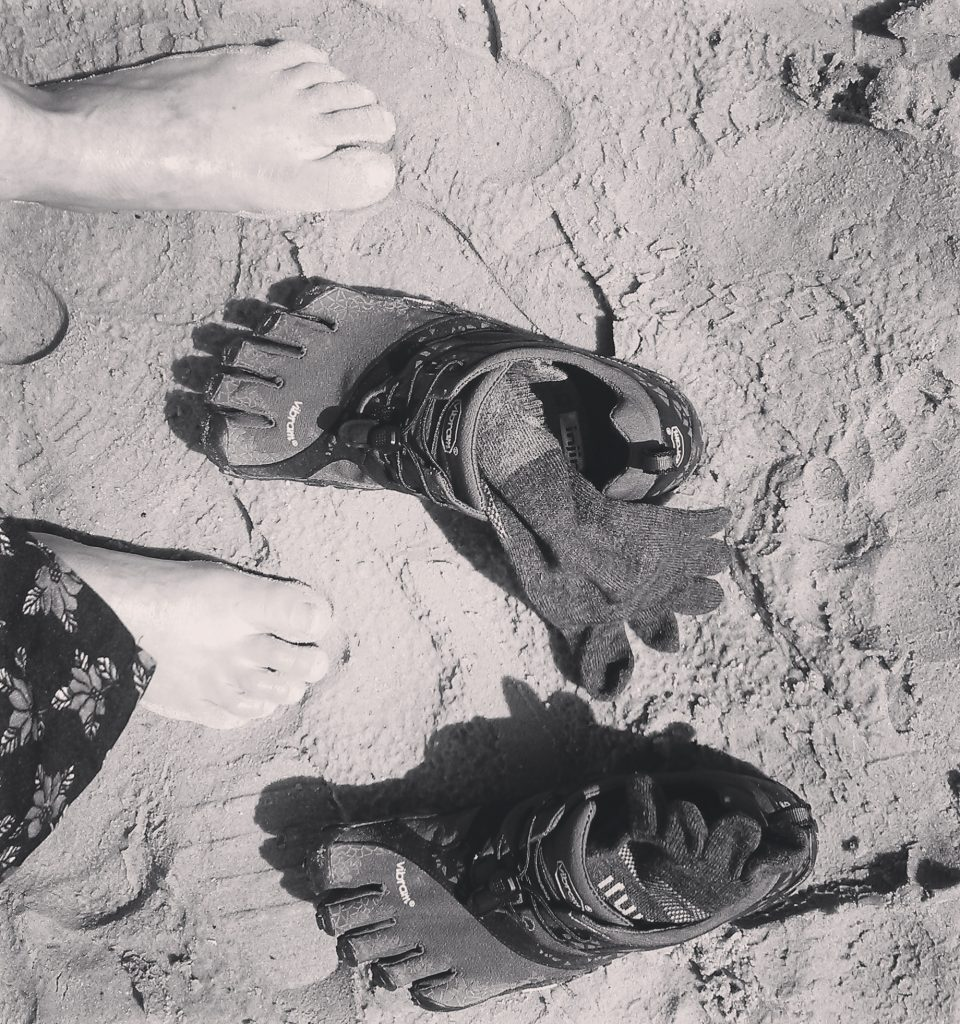 Injinji sokken in het zand