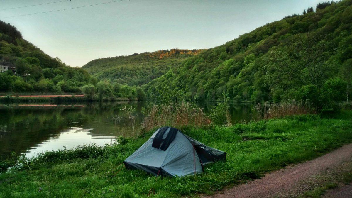 Halfwild kamperen langs de rivier