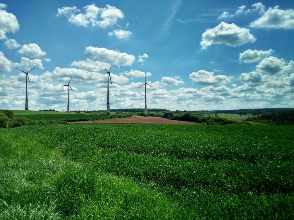 Windmolen_in_groen_en_blauw_landschap