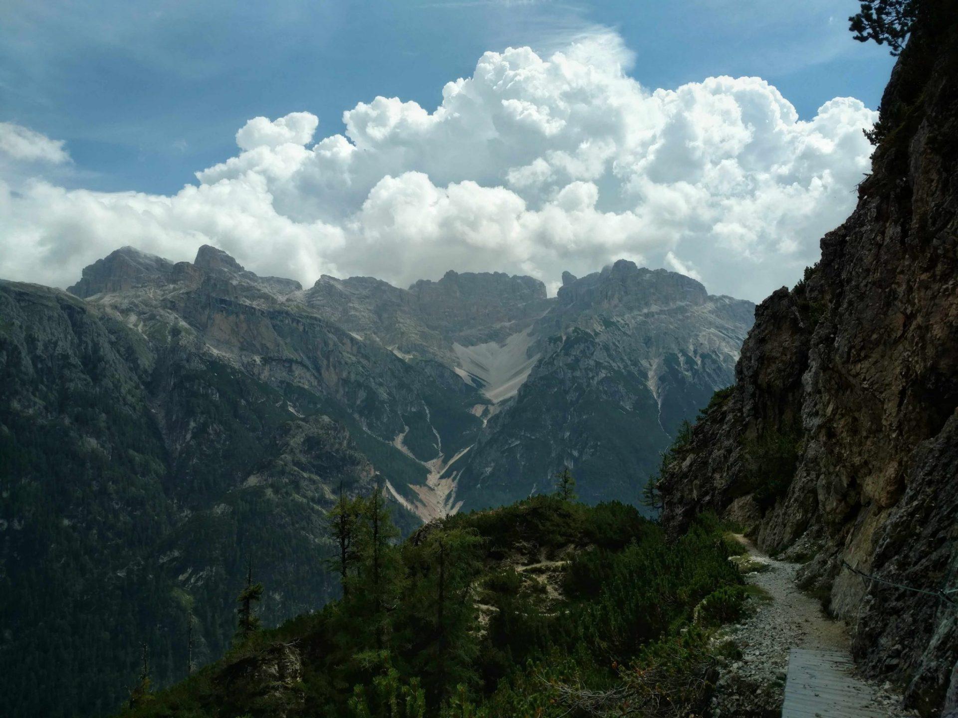 Mooie Höhenweg met wolkjes