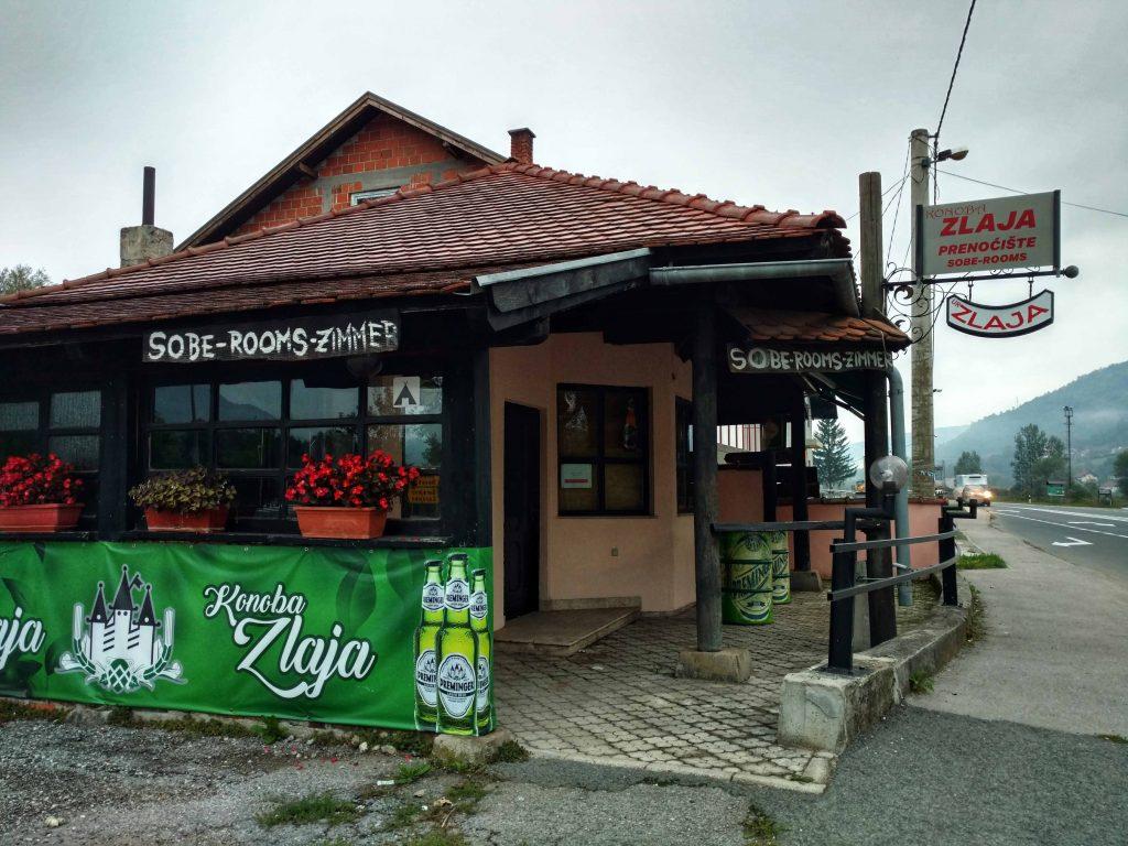 Bar in Ripač langs de doorgaande weg, blog over honden in Bosnië en Herzegovina