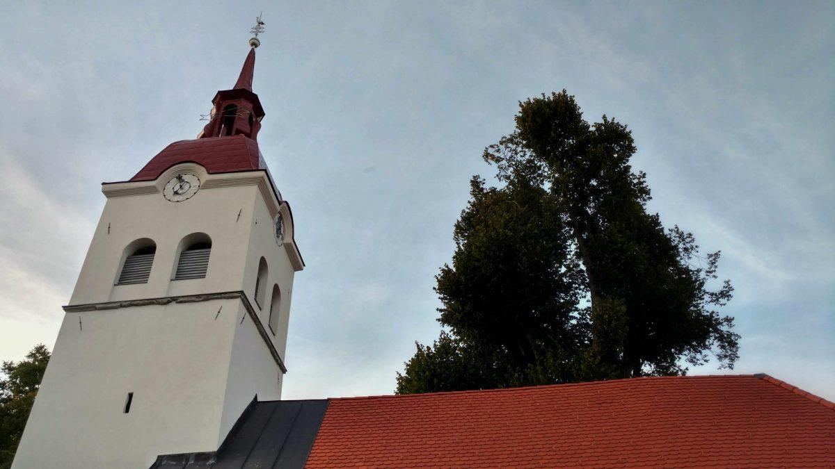 Gerestaureerde kerk in Dolenje Jezero