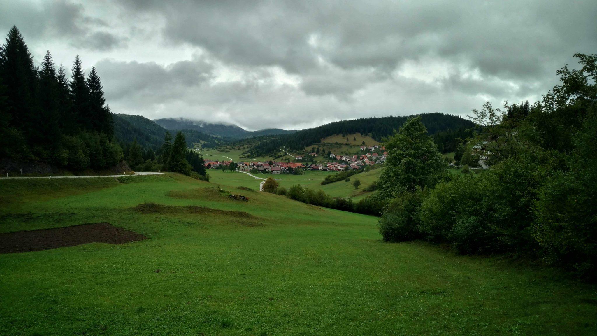 Sloveens dorpje in de Kočevje regio | Kamperen tussen de beren?