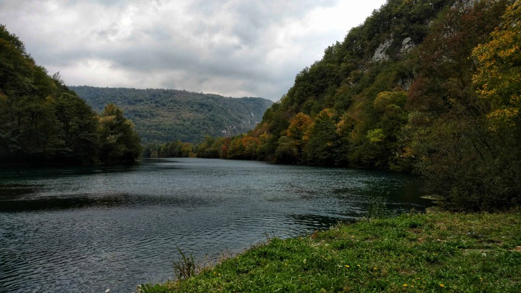 Wandelen in Una National Park langs de Una rivier in Bosnië en Herzegovina