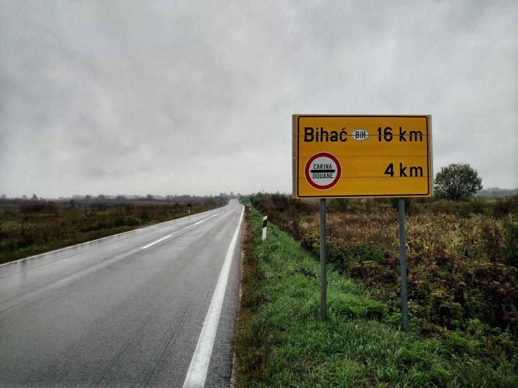 Wandelen over de weg naar de grens met Bosnië en Herzegovina, dat is even andere koek