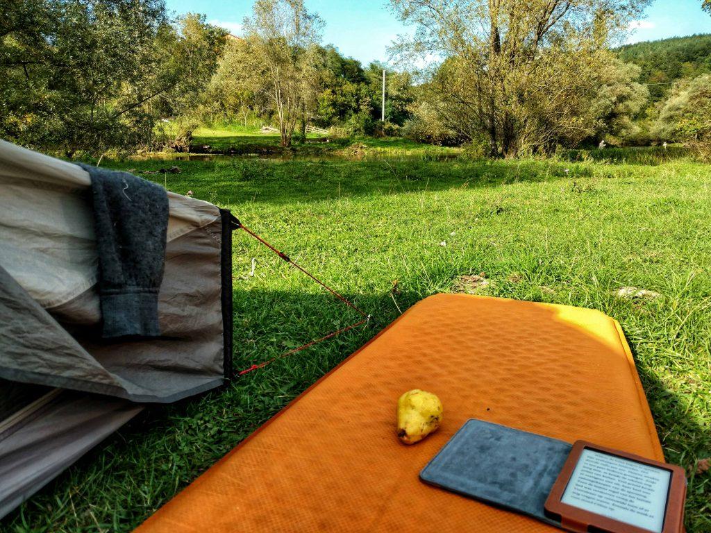 Nog meer chillen naast mijn tent aan de Ribnik rivier | Terug van weggeweest