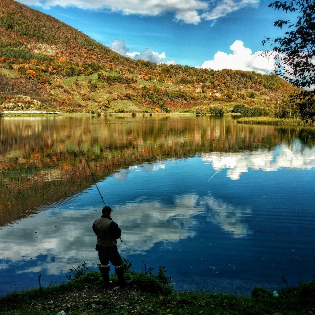 Visser bij het meer vlak voor Jajce