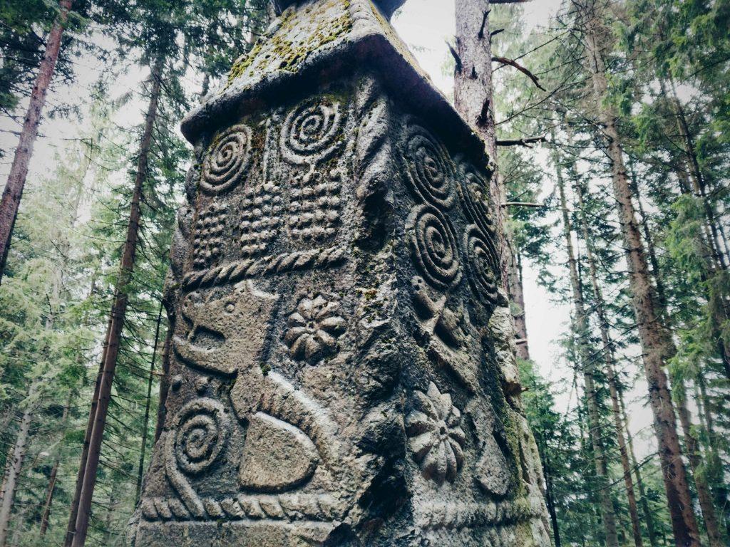 De Obelisk in de bossen bij Bakići | Obelisk in Bosnië en Herzegovina