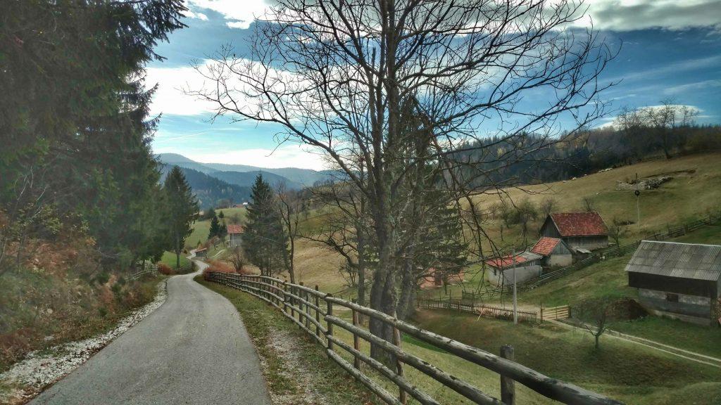 Wandelen over een verharde weg, het laatste stukke naar Sarajevo