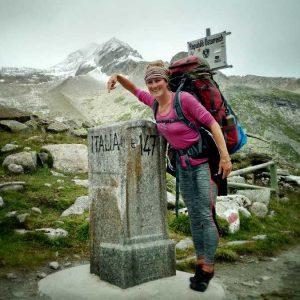 bepakt en bezakt aan de wandel in de alpen