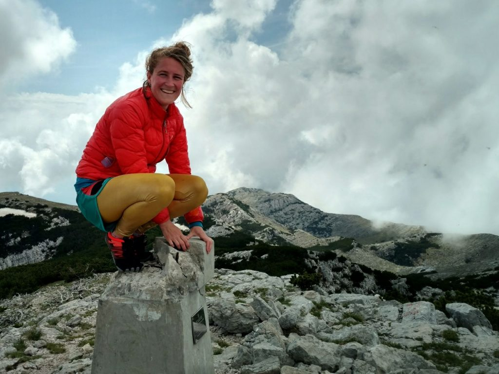 Poseren op de top van de hoogste berg van Kroatië. Eva wandelt de Dinara - Troglav - Kamešnica Traverse