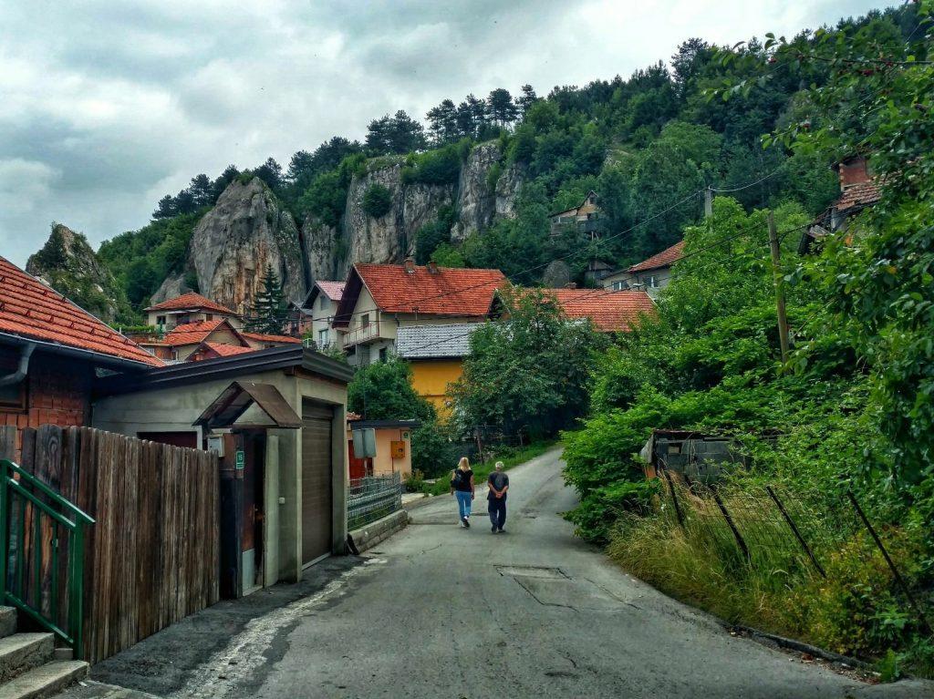 Wandelen door een dorpje op Trebević, net iets boven Sarajevo, maar voordat je de bossen ingaat
