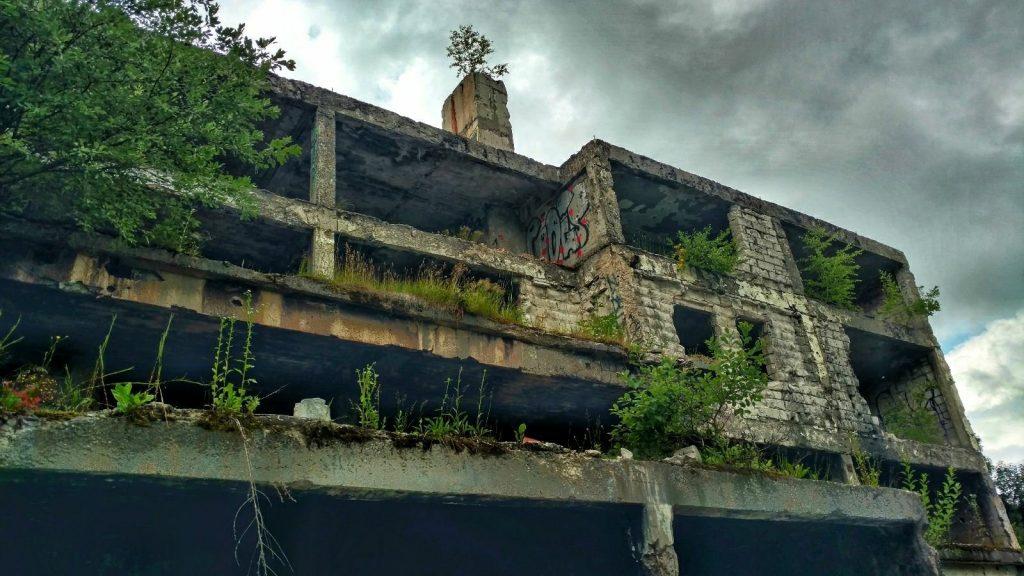 Ruine langs de weg omhoog naar Trebević | Green Trail in Bosnië en Herzegovina