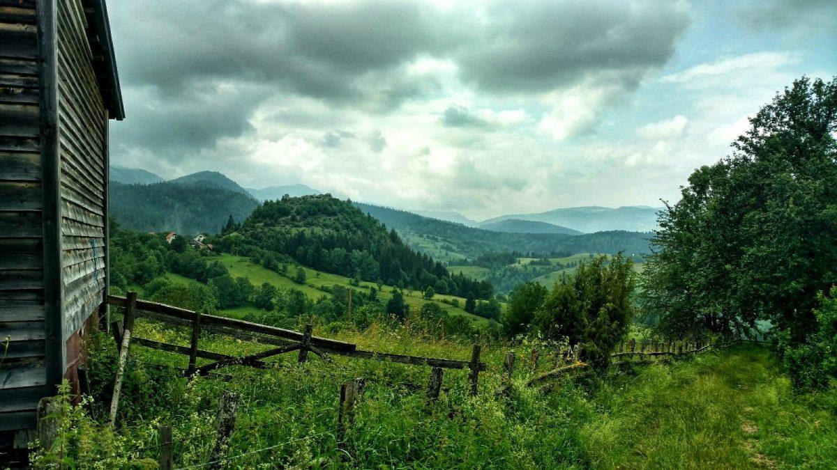 Groen uitzicht over de berg Jahorina met donkere wolken | Wandelen in Bosnië en Herzegovina