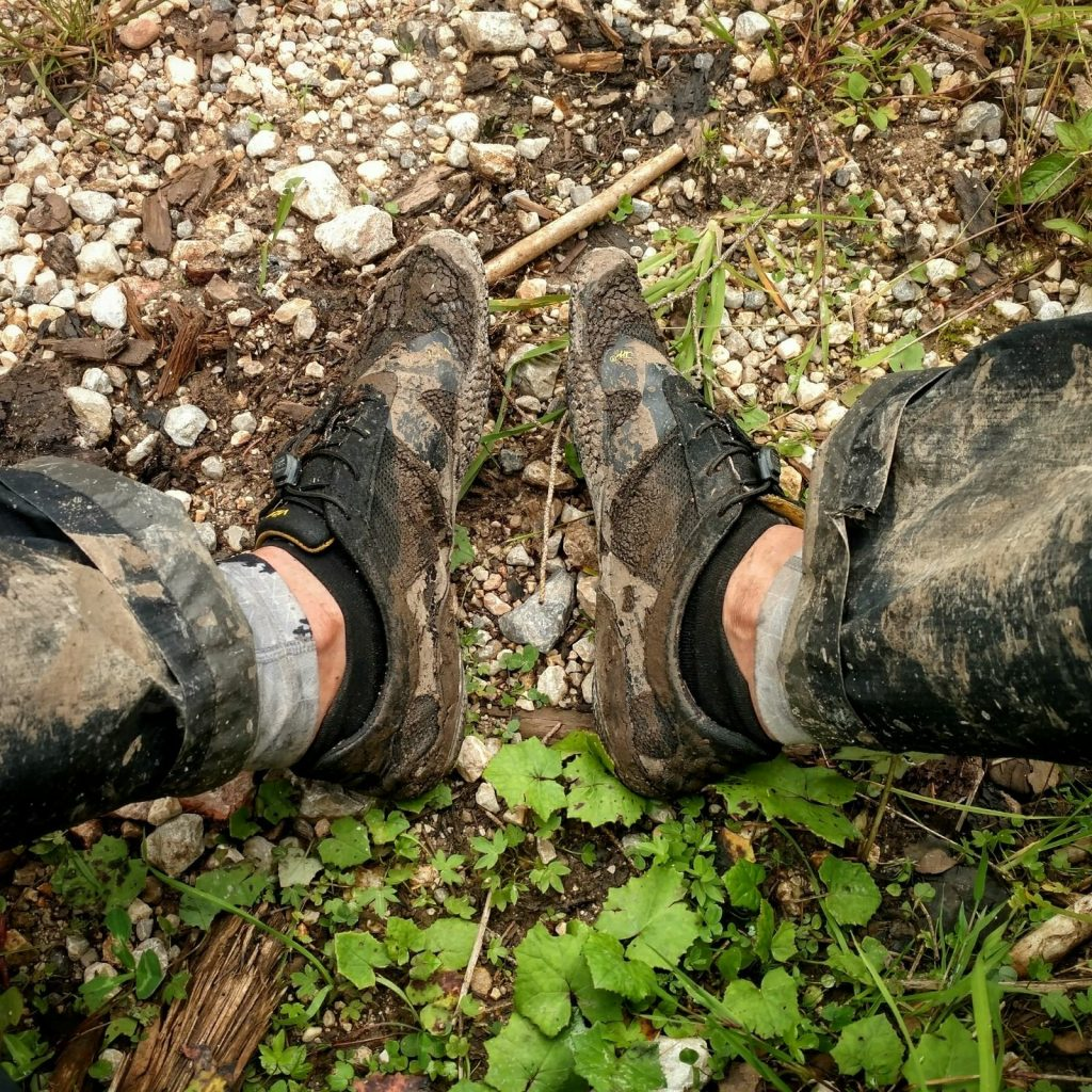 FiveFingers in de modder
