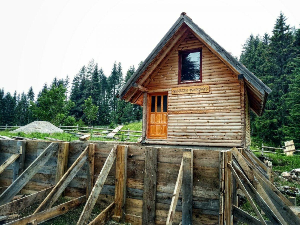 Berghut bij Romaija op de Via Dinarica Green Trail in Bosnië en Herzegovina