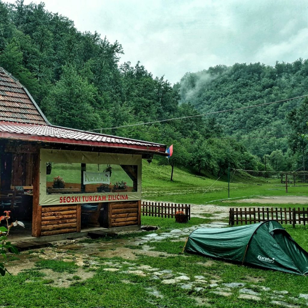 Eco dorp Ziličina | Kamperen in de tuin van het restaurant
