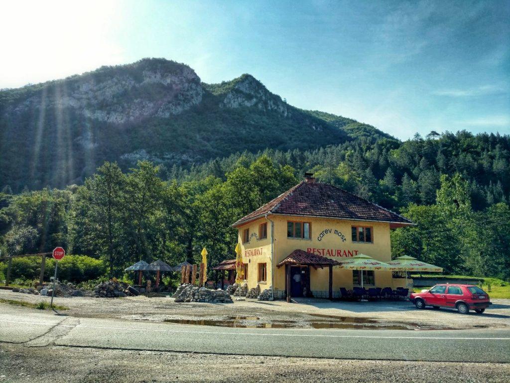 Carev most en het restaurant voor de brug   Green Trail in Bosnië en Herzegovina