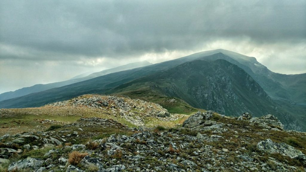 Laagjes berg met wolken en schaduwen | Shar planina in Noord Macedonië