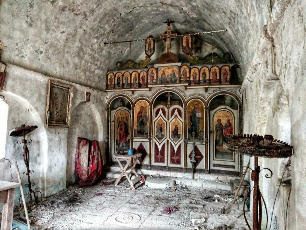 POST | Iconostase in vervallen kerkje op de kusttrail van Montenegro | Via Dinarica Blue trail