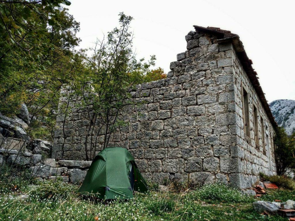 Kamperen langs de highway vlak voor Sveti Andrija